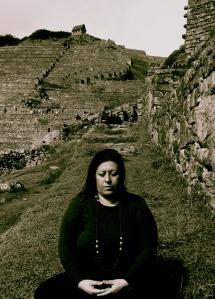 Ana meditando en Machu Picchu