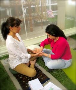 Participantes practicando Masaje Paliativo en el programa EL ARTE SAGRADO DE MORIR.