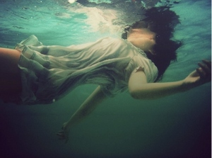 drowning-girl-sea-water-favim-com-112419-1