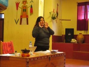 Explicando conceptos de Meditación en Chicon, Urubamba. En Aldea de niños Munaychay